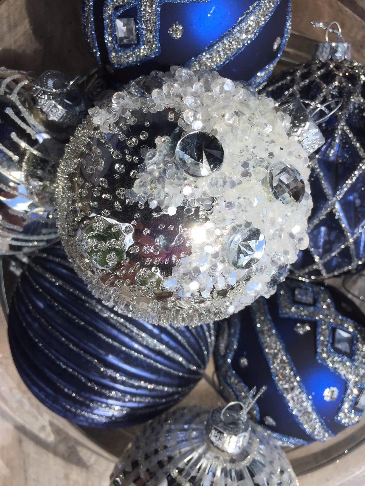 Hånd-dekorerte glass julekuler i blått og sølv